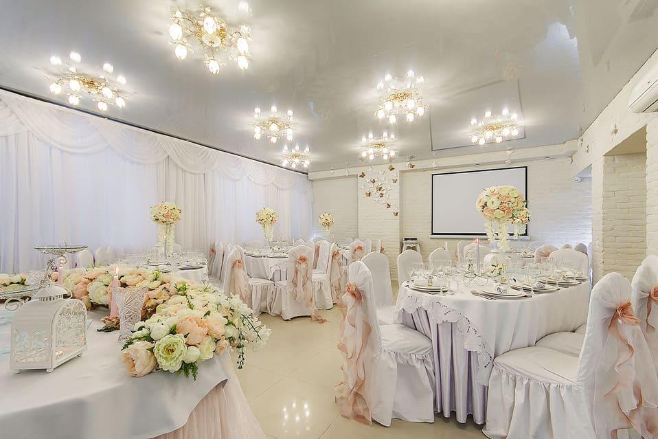 Как декорировать банкетный зал на юбилей?