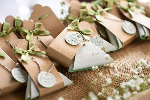 Всё в дом! Что нужного подарить гостям на свадьбе?