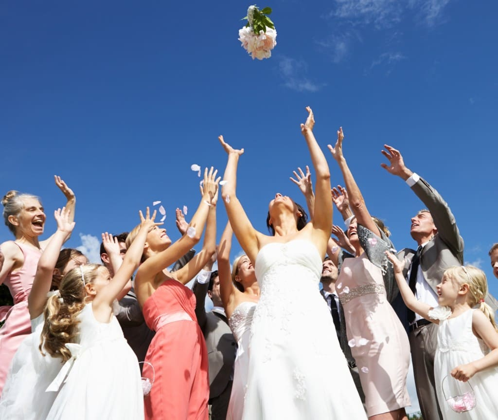 3 альтернативы простому бросанию букета на свадьбе